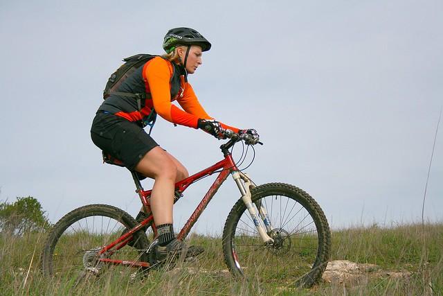 Assaduras em ciclistas, mulher pedala com bermuda adequada