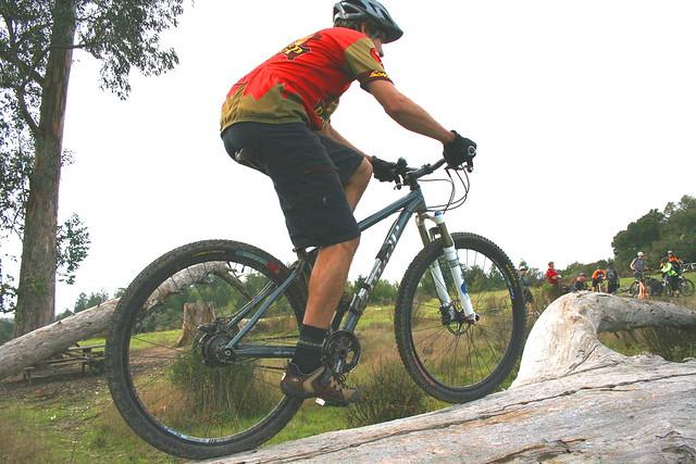 Assaduras em ciclistas, homem pedala com bermuda de ciclismo