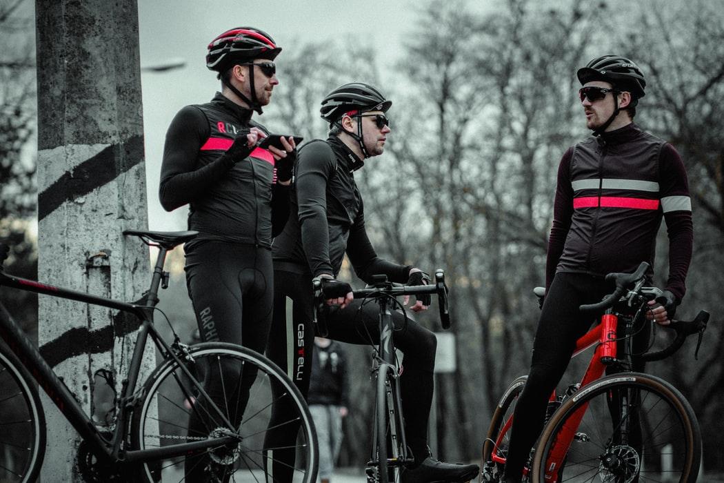 Calça de ciclismo, ciclistas na estrada no inverno