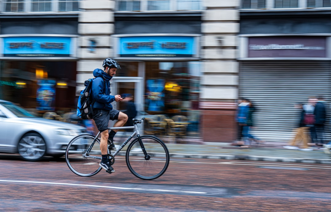 Ir de bike ao trabalho, com capa de chuva, de bicicleta para trabalhar