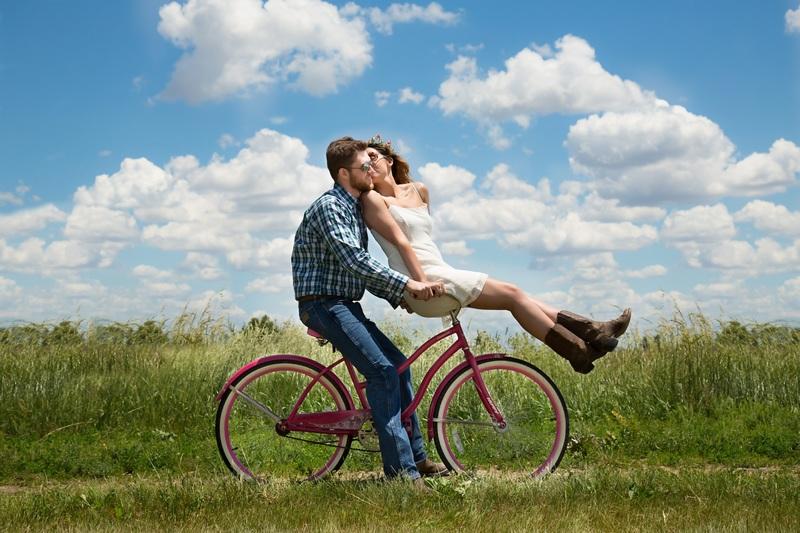 Ciclismo e amizade, casal de bicicleta no campo