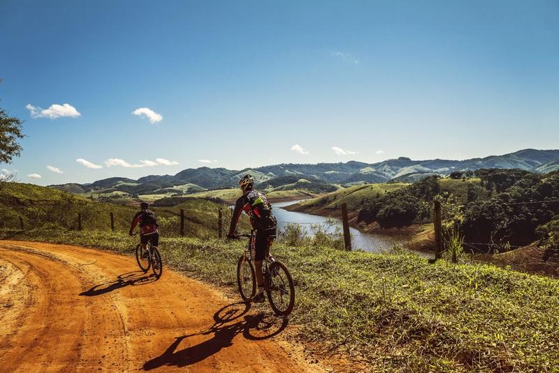 Ciclismo e amizade, ciclistas de mountain bike na trilha