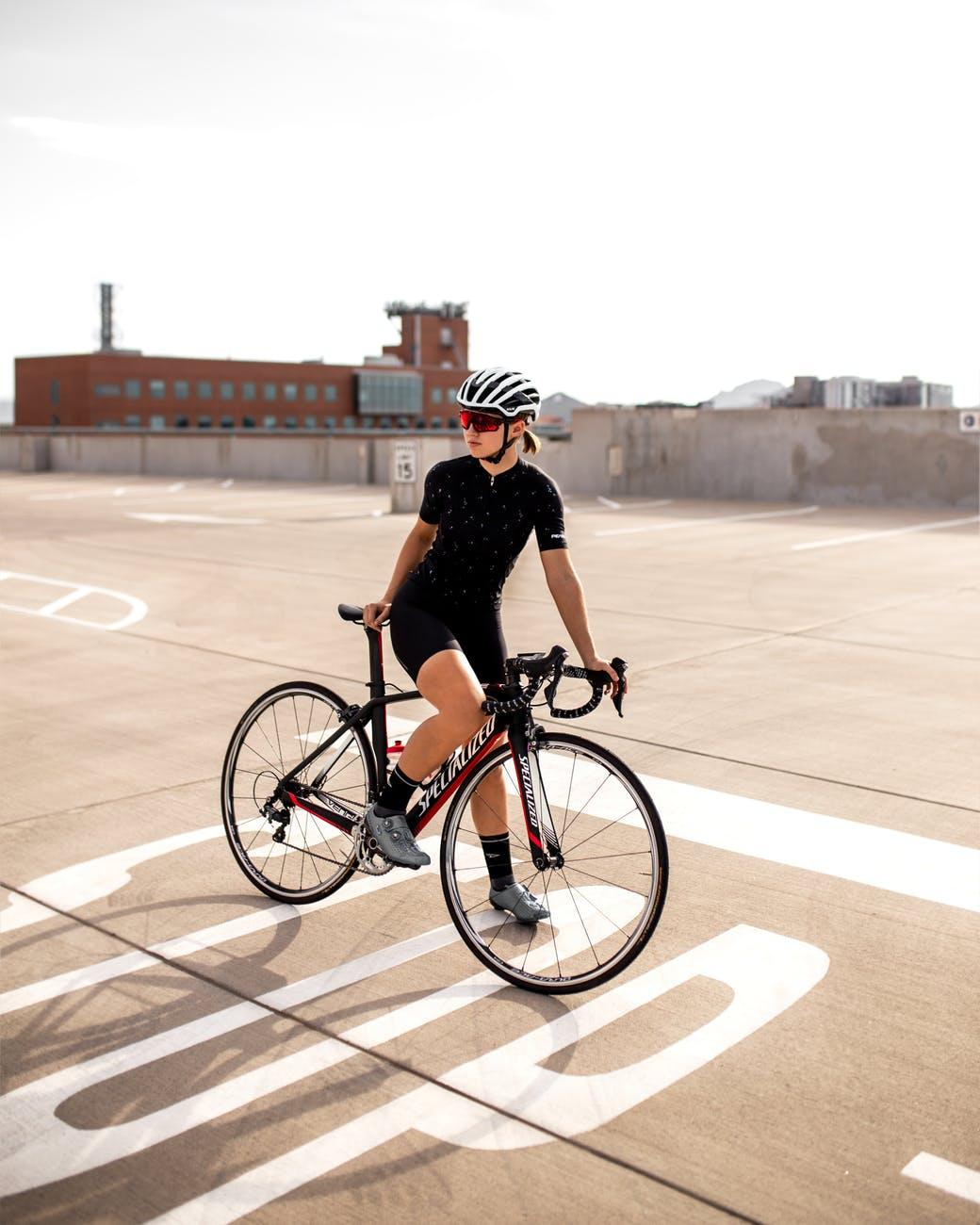 Ciclista com roupa de ciclismo feminina