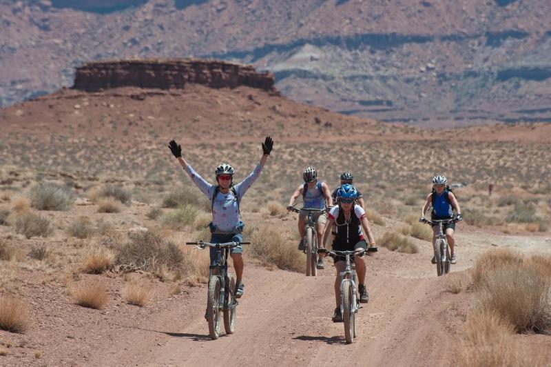 Tranquilidade ao pedalar, grupo de bike no deserto