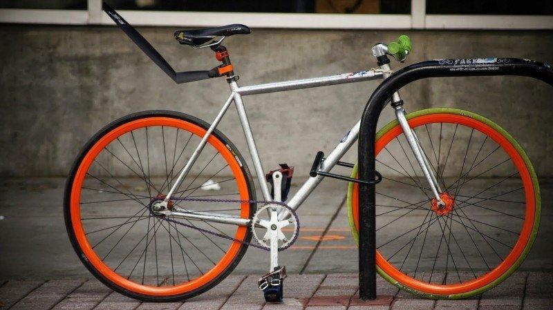 Vale a pena ter seguro de bicicleta, bike estacionada com cadeado