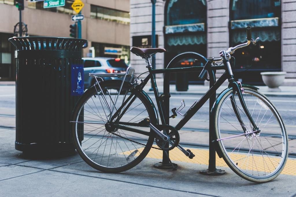 Seguro de bicicleta, bike na rua com cadeado