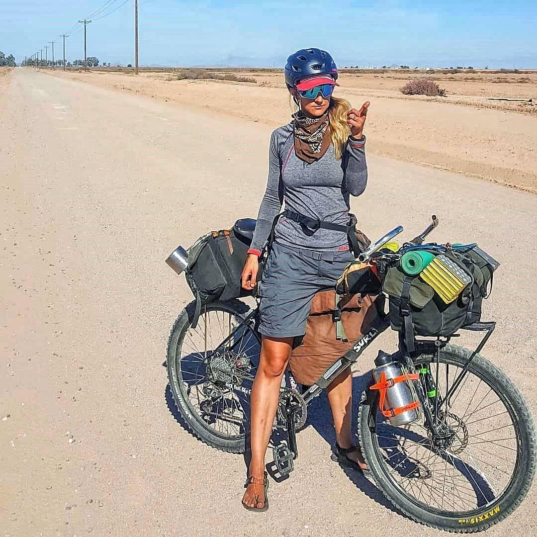 Ciclista mulher em cicloviagem