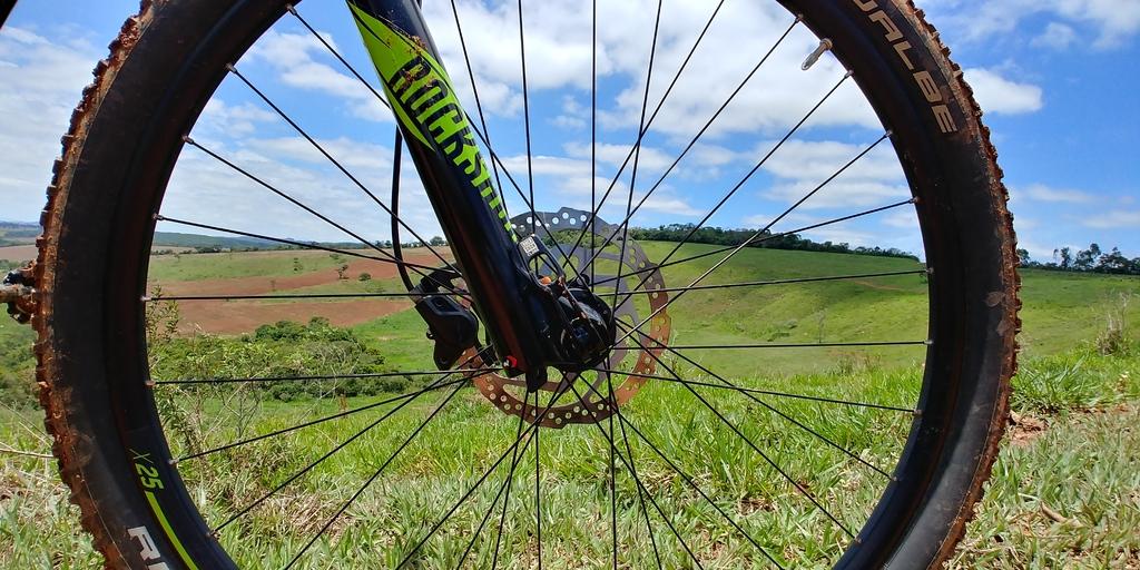 Calibrar o pneu de bicicleta, aro 29